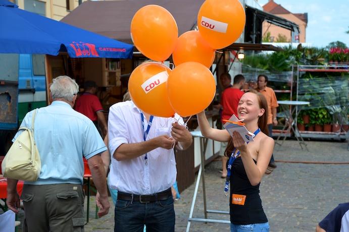 Engagierte Helferin beim Sommertour-Stopp in Frankfurt (Oder)