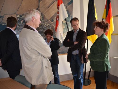 Informieren sich über die Hochwasserlage: Rainer Genilke, Dieter Dombrowski, Prof. Dr. Michael Schierack und Anja Heinrich