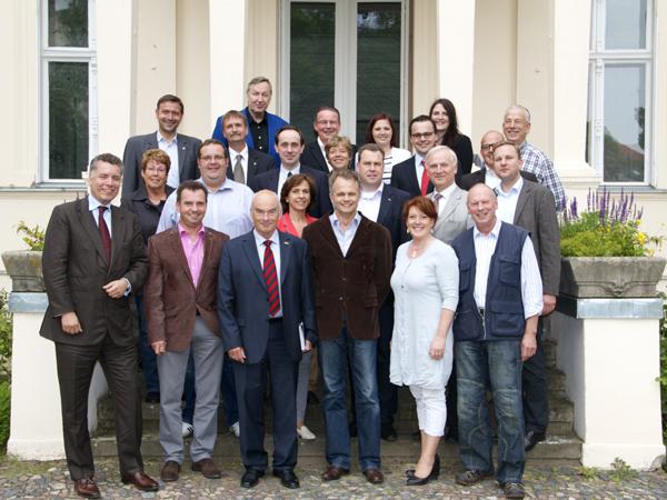 Der für die Spitzenkandidatur 2014 vorgeschlagene Landesvorsitzende Prof. Schierack mit Mitgliedern des Landesvorstandes