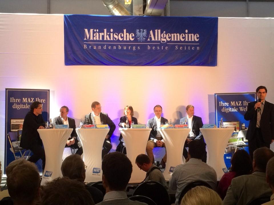 Foto des Podiums beim Wahlforum der Märkischen Allgemeinen Zeitung