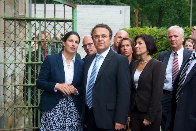 Bundesinnenminister Hans-Peter Friedrich besucht ehemaliges KGB-Gefängnis in Potsdam